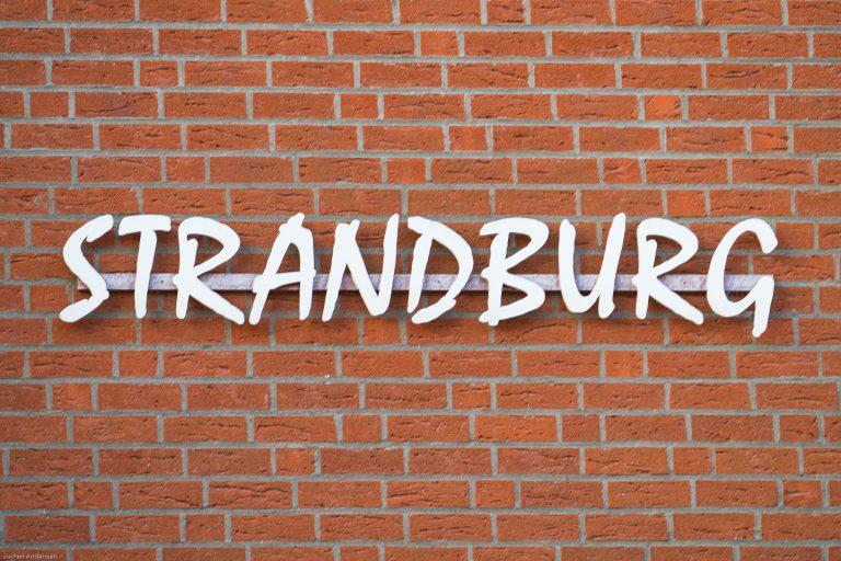 Schriftzug Strandburg an der Inselresidenz Strandburg Juist