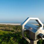 Fernglas mit Blick über Juister Strand