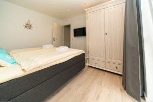 Großes Schlafzimmer mit Boxspringbett und Schrank vom Juist-Traum
