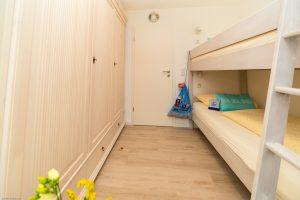 Kinderzimmer mit Schrank und Etagenbett im Juist-Traum